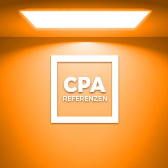 CPA Firmenlogo unter quadratischem Deckenlicht